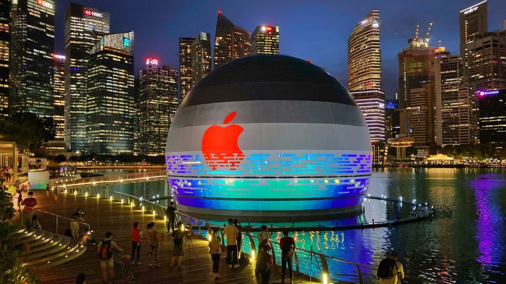 "Photos reveal Foster + Partners ""floating"" spherical Apple Marina Bay Sands store"